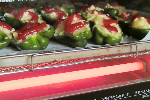オーブントースターで1300Wで約15分、チーズがこんがり溶けてきつね色の焼き色がつくまで焼きます。
