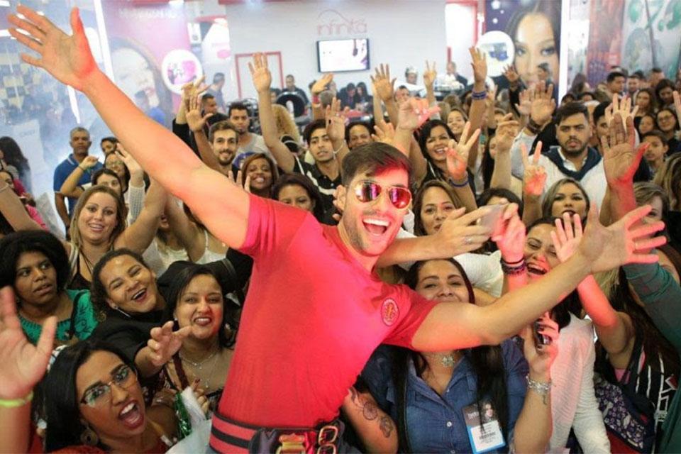 Bruno Camargo, o Bombeiro da Eliana, agita o público em stand na Hair Brasil 2017. Foto: Tatiane Cucco