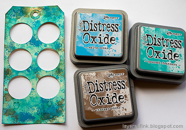 Layers of ink - Circle Shaker Tag Tutorial by Anna-Karin Evaldsson. Ink with Distress Oxide Ink.