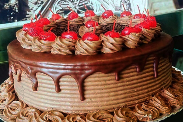Torta de Chocolate com morangos Doces Húngaros Petrópolis