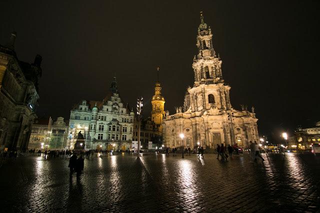 Katholiske Hofkirke (Cattedrale) di notte-Dresda