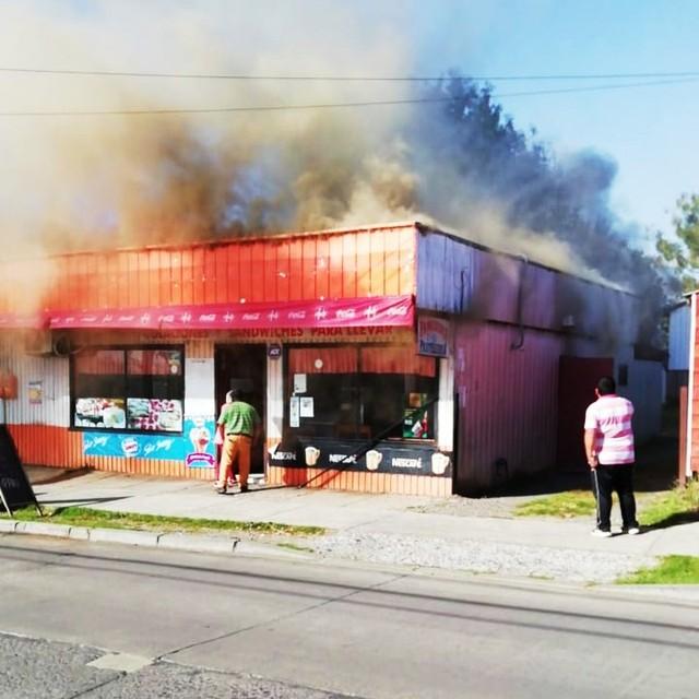 Incendio afectó a local comercial en Río Bueno