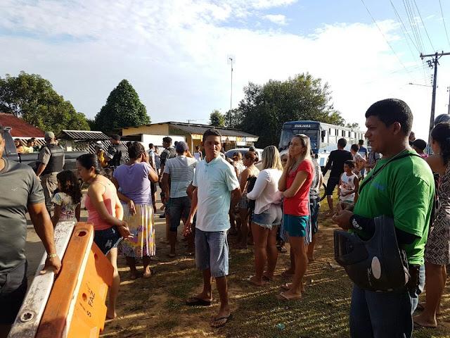 Após manifestações, distribuição de água é feita por moradores em Cruzeiro do Sul