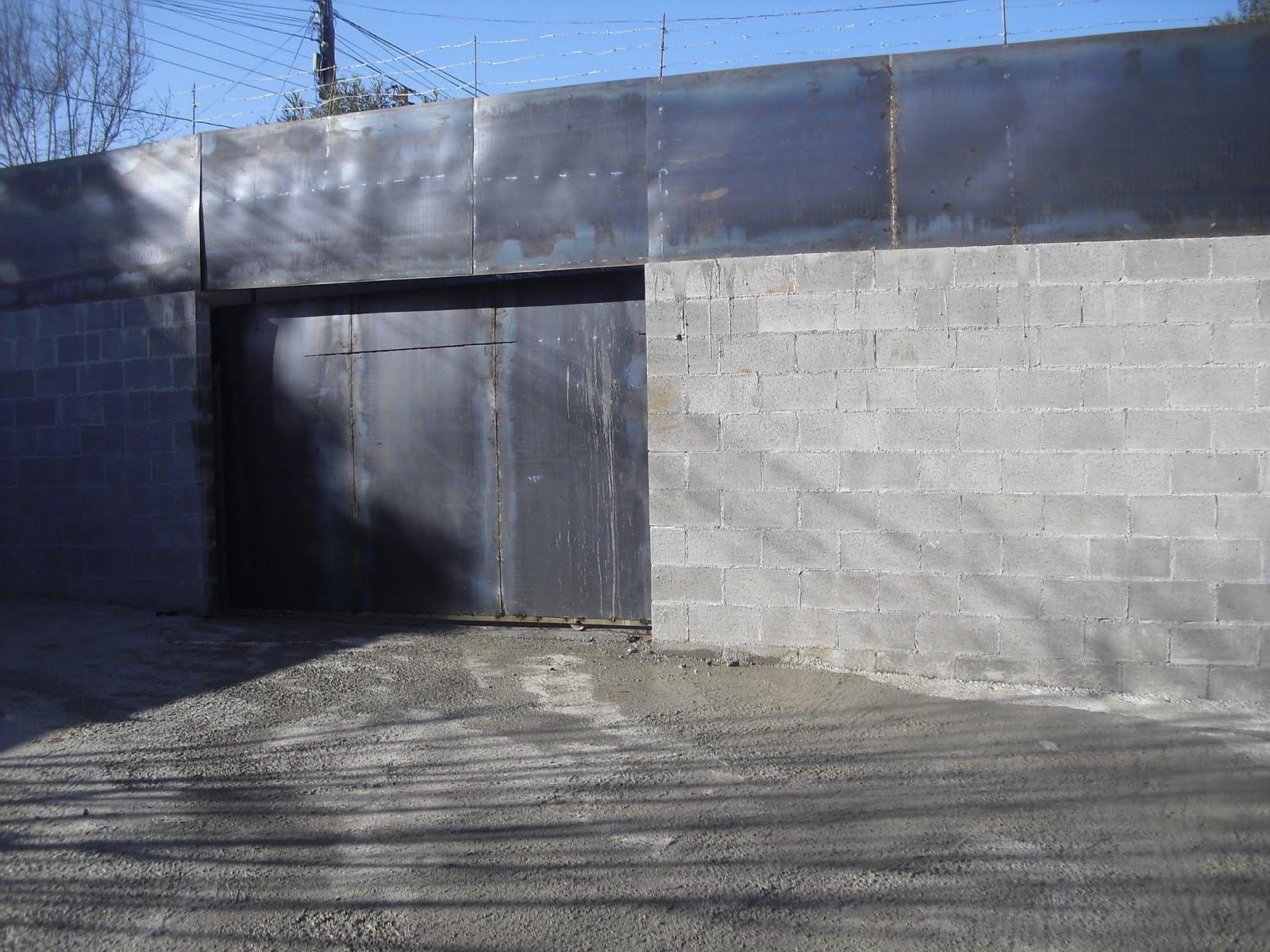Vista esterior muro perimetral y puerta