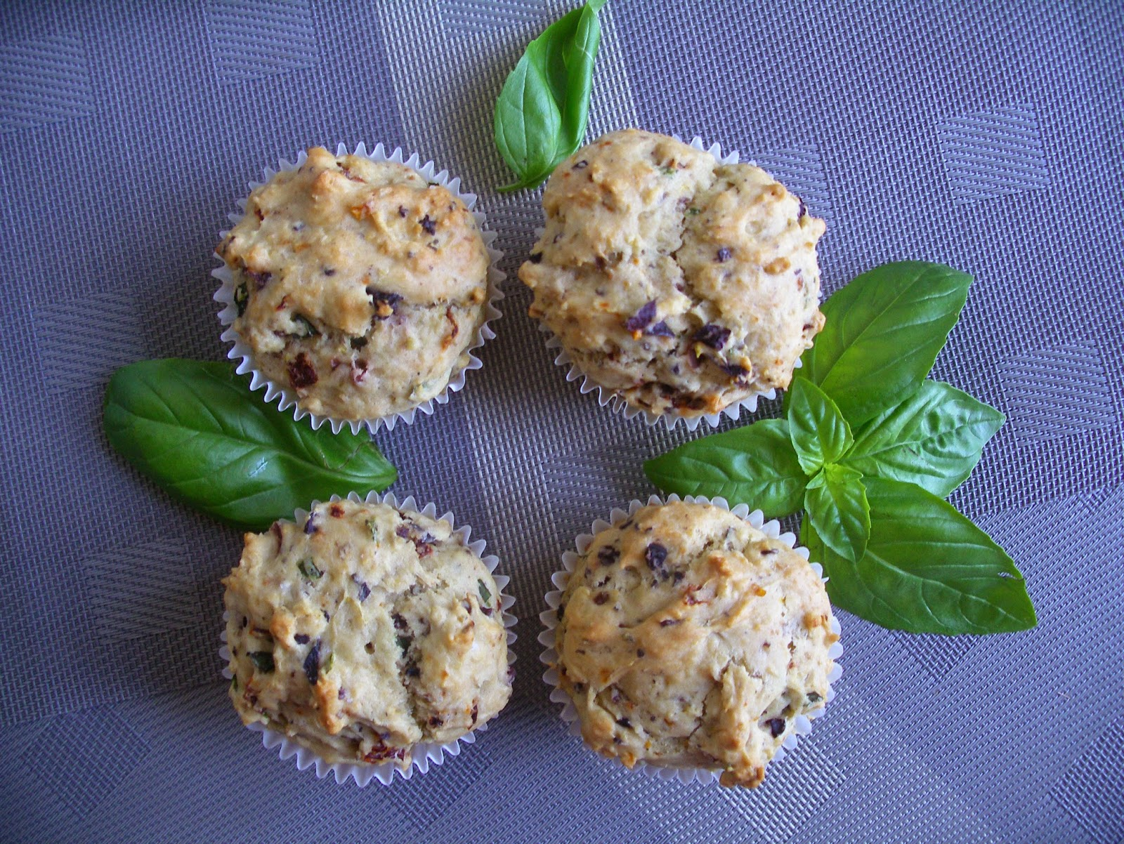 Sundried tomatoes and olives muffins
