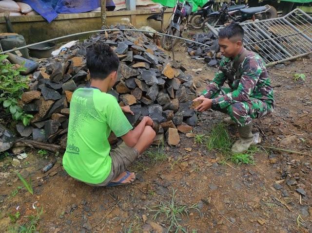 Anggota satgas TMMD bantu warga pecahkan batu