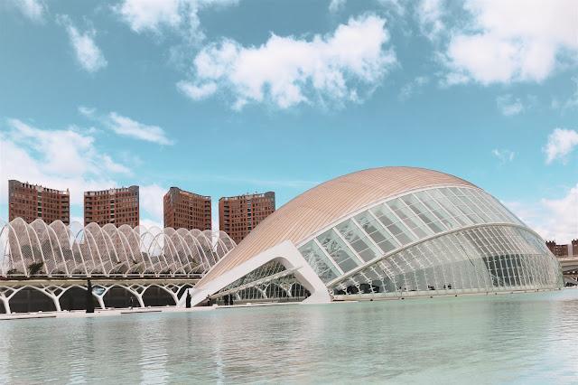 Facciata frontale dell'Hemisfèric nella Ciutat De Les Arts I Les Ciències in Valencia