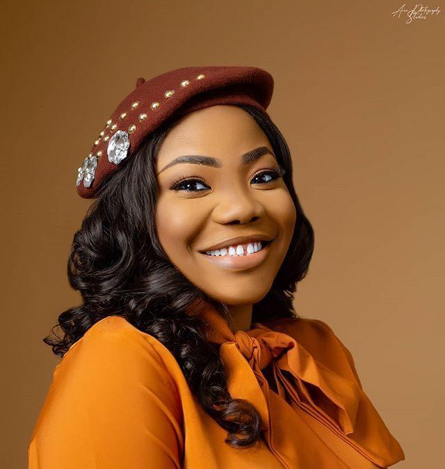 Popular Gospel Singer, Mercy Chinwo, On #SilhoutteChallenge