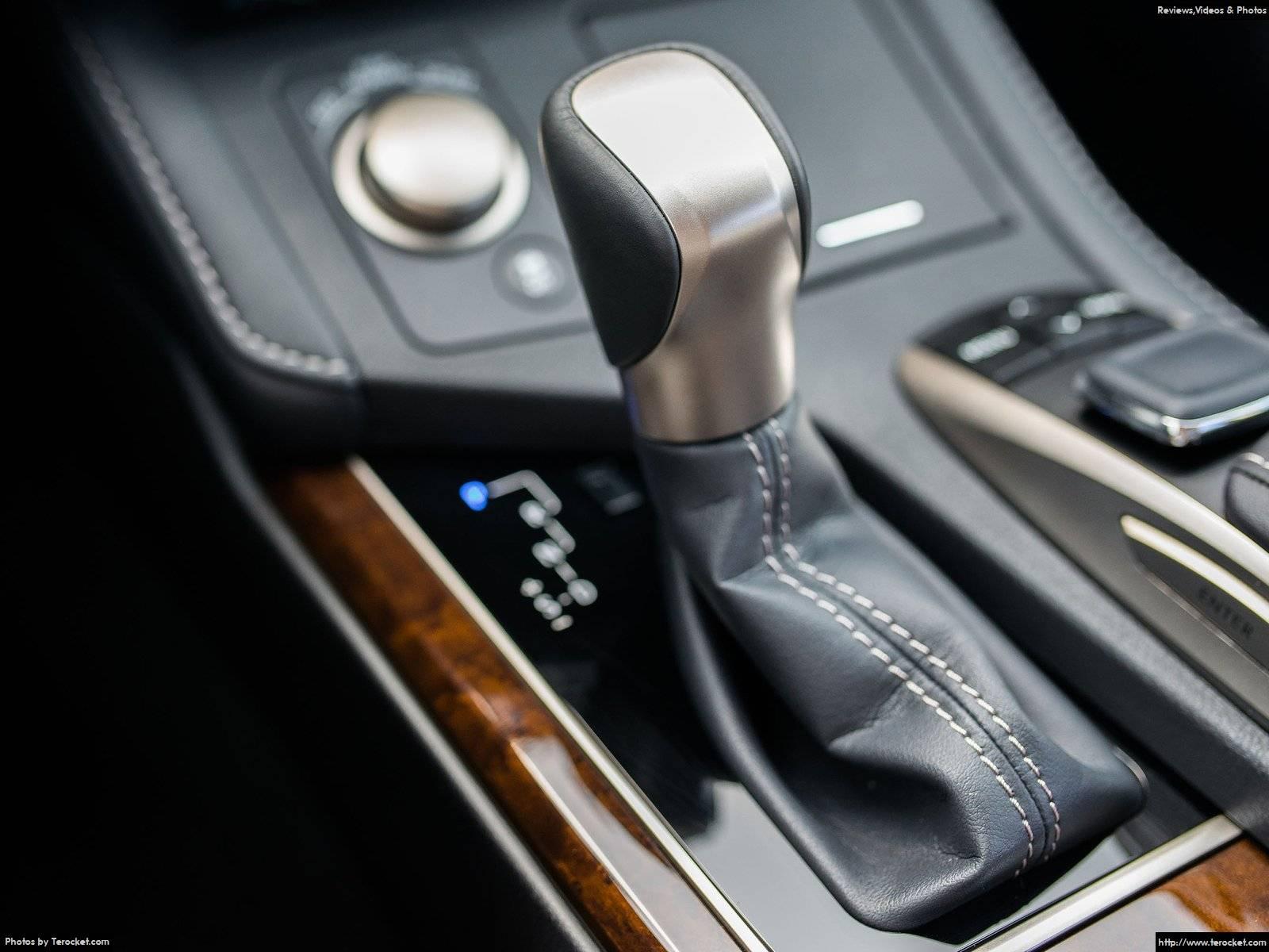 Cần số của xe quá ư là nhỏ nhắn, xung quanh ốp da, ốp gỗ và các nút điều khiển màn hình