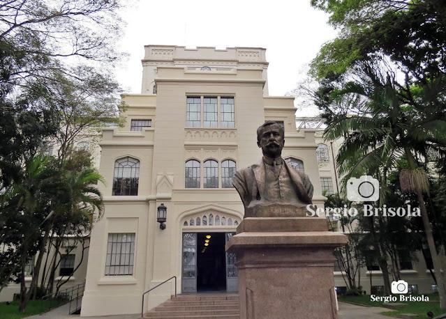 Fotocomposição com a fachada da Faculdade de Medicina da USP e o Monumento ao Dr. Arnaldo