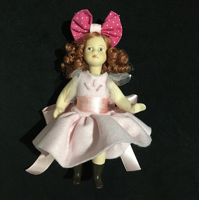 bonequinha de porcelana articulada e com vestido novo