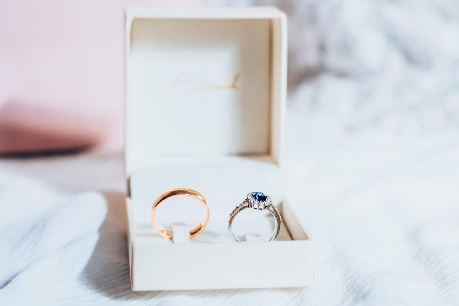 Tudo sobre nossas alianças de noivado Ana Tomich - Anel de Safira e Diamantes