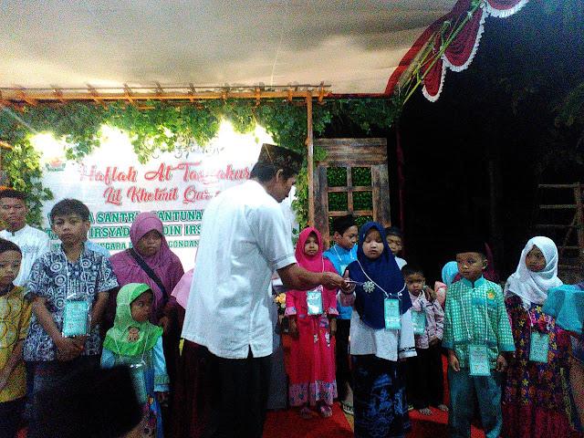 """Madrasah Diniyah ( Madin ) Irsyadul 'Awwam Desa Sidanegara, Kecamatan Kaligondang, Kabupaten Purbalingga  berhasil mengumpulkan  Rp 32.011.000 dimulai dari program """" Receh Berbagi """". Dana tersebut tersalurkan  untuk menyantuni 34 anak yatim di wilayah desa sekitar. Radiyanto ( 39 ) Salah satu kadus di desa Sidanegara  sekaligus walisantri Madin Irsyadul ' Awwam  sangat mengapresiasi  program """" Receh Berbagi """" yang di cetuskan kepa madin Irsyadul 'Awwam ( Prayitno, S.Pd.I ), Dengan program sederhana akan tetapi banyak sekali manfaat yang didapatkan."""