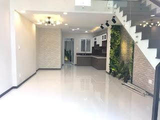 Cầu thang được bố trí bên hông nhà tạo cảm giác thêm rộng rãi