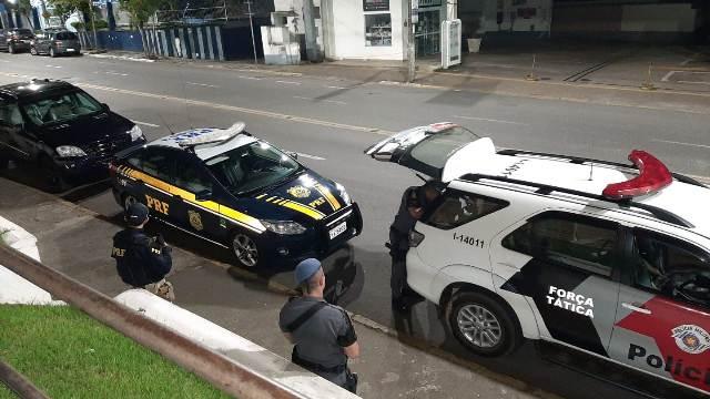 PRF e PM apreendem drogas em carro estacionado em hotel em Registro-SP