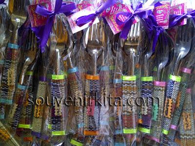 souvenir sendok garpu besar tikar