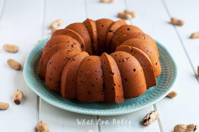 Bundt cake de mantequilla de cacahuete y pepitas de chocolate