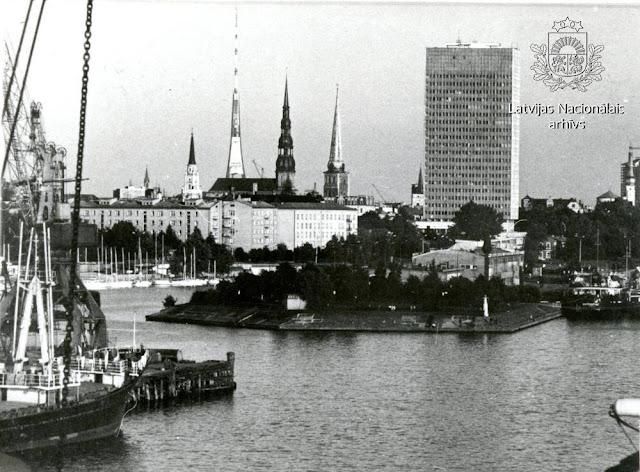 """1986 год. Рига. Андрейсала. Вид на здание """"Агропрома"""". На дальнем плане Телебашня"""
