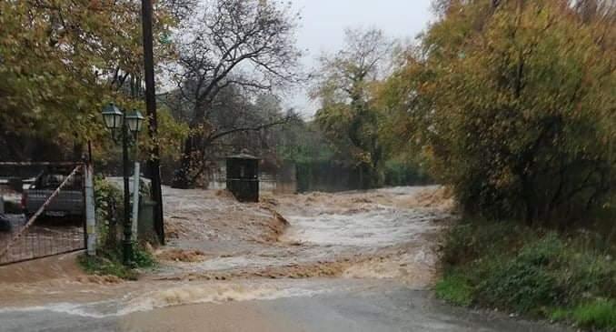 Ο Δήμος Αριστοτέλη πλήττεται εδώ και ώρες από καταρρακτώδεις βροχές και πλημμυρικά φαινόμενα.