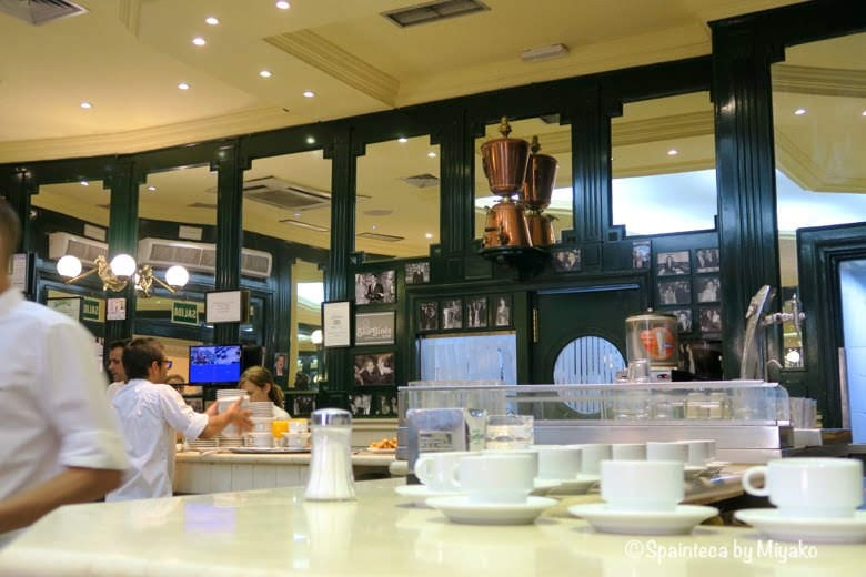 Chocolatería San Ginés マドリードのサンヒネスの店内大理石のカウンター