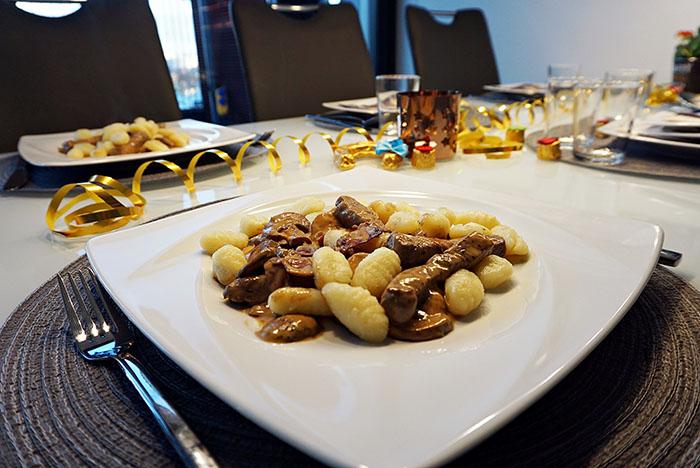 Steak-Streifen auf Cognac-Pilzrahm-Sauce und Gnocchi