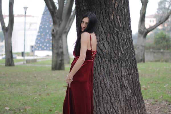 vestito rosso, vestito bordoux, ecopelliccia, pelliccia bianca, pelliccia con le stelle, pelliccia spiritosa, come abbinare un vestito in velluto, influencer italiana, influencer, italian influencer, influencer verona, verona