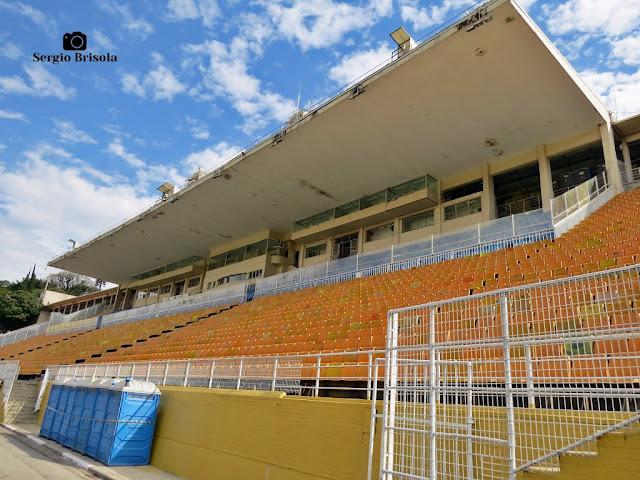 Vista ampla dos setores manga e azul do Estádio do Pacaembu - São Paulo