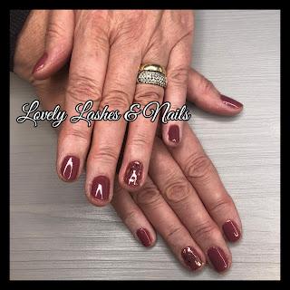 Foto van nagels klant uit Biddinghuizen Elburg met gellak en folie nailart in Dronten op www.lovelylashesnails.nl
