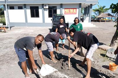 Pos TNI AL Gili Air dan Masyarakat Maritim Bersinergi Perbaiki Jembatan