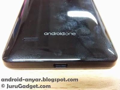 Lubang USB dan speaker di bagian belakang, serta logo Android One. Bagian belakang smartphone ini terbuat dari bahan plastik glossy yang cukup mudah kotor dengan minyak di jari-jari kita.