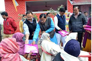 वृद्धा आश्रम में रहे लोगों को समाजसेवी पंकज गुप्ता ने अंग वस्त्र किया वितरित