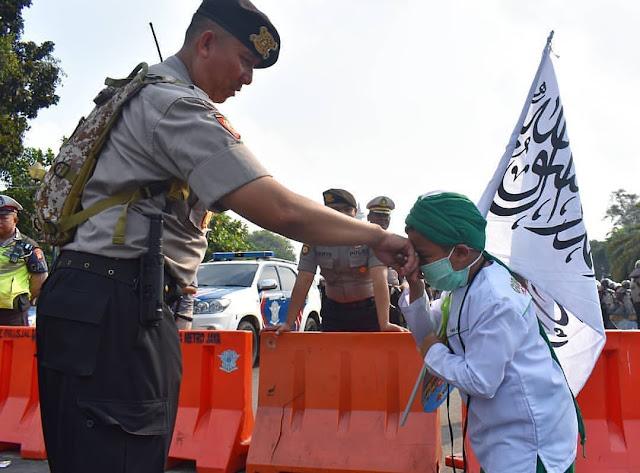 Anak Kecil Cium Polisi Bawa Panji Rasulullah