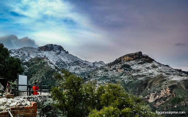 As montanhas em torno de Taormina vistas do Teatro Grego da cidade