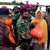 Wakapolsek Polsel Dampingi Wakil Bupati Takalar Salurkan Bantuan Korban Banjir