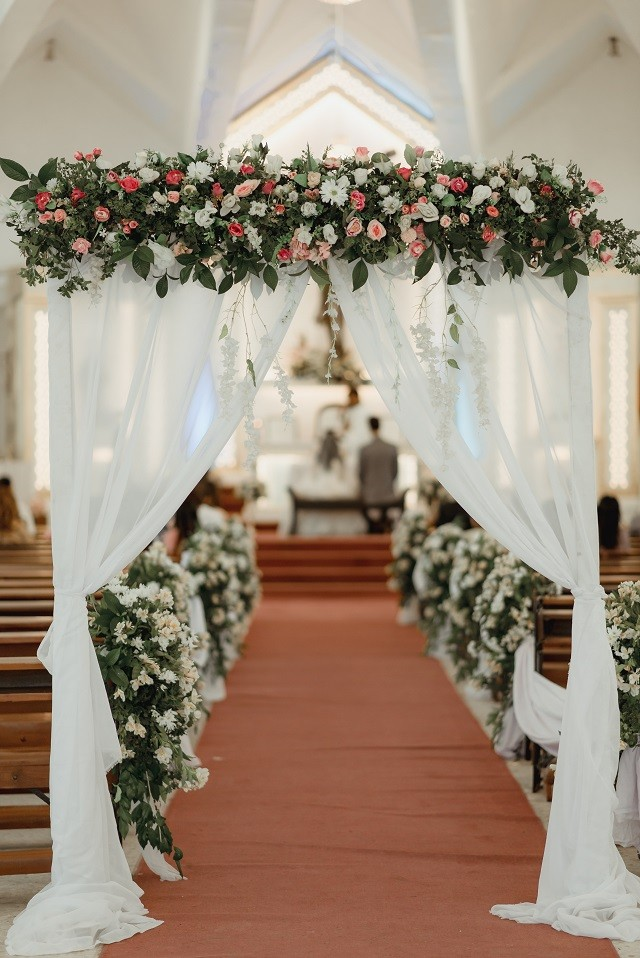 church flowers aisle and arc