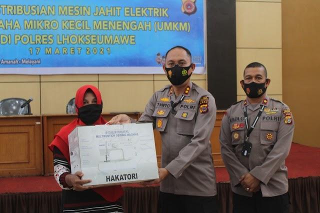 Pelaku UMKM di Lhokseumawe Terima Bantuan Mesin Jahit dari Kapolda Aceh