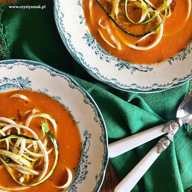 Szybka pomidorowa z makaronem z cukinii