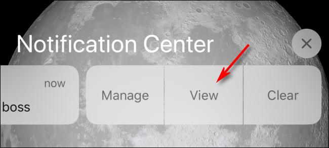 اضغط على عرض في مركز الإشعارات أو شاشة القفل للعرض على iPhone