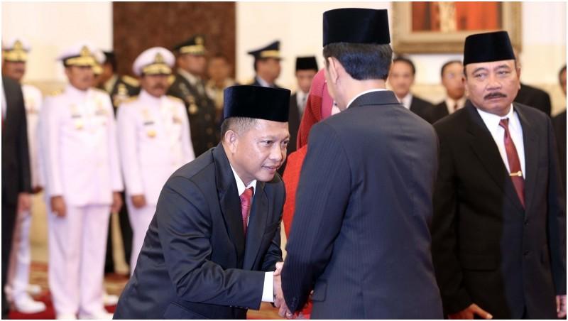 Tito Karnavian berjabat tangan dengan Presiden Jokowi