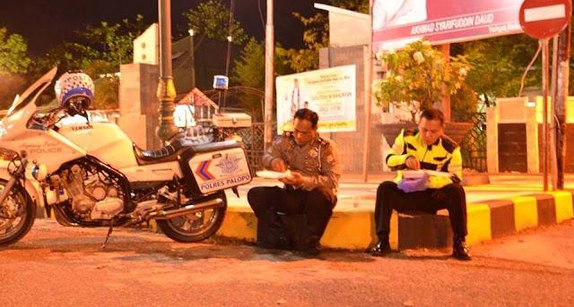 Demi Tugas, Kasat Lantas Polres Palopo Rela Sahur di Pinggir Jalan