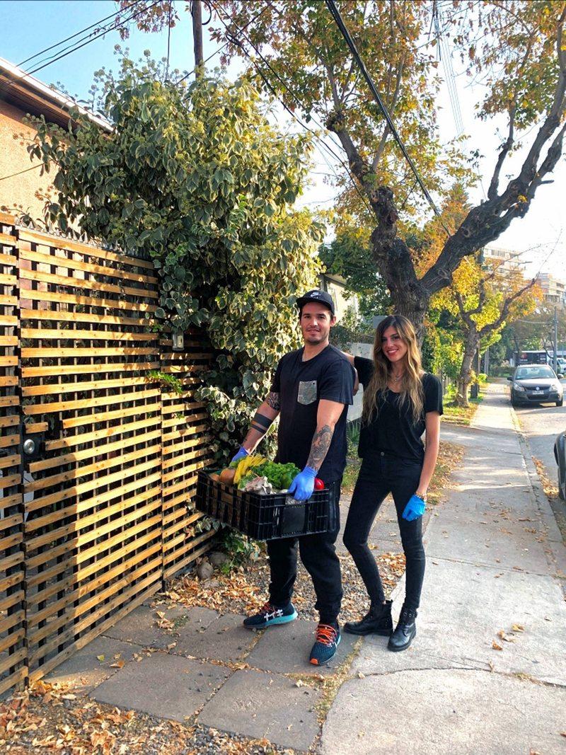 Nicolás Larrondo reparte verduras y frutas para ayudar a la pyme de su polola