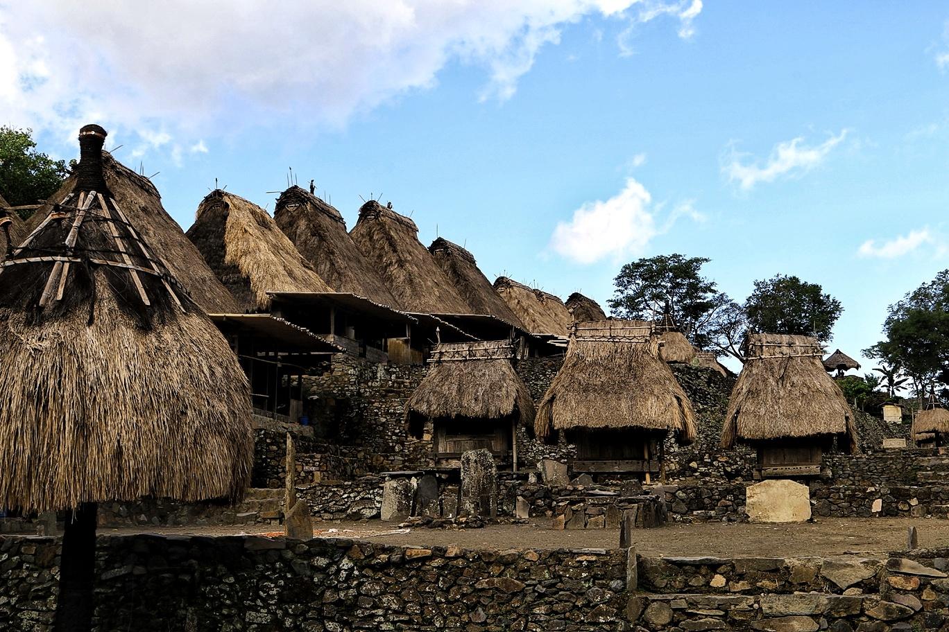 Rumah Adat Yang Konstruksinya Dari Batu, Kayu dan Jerami