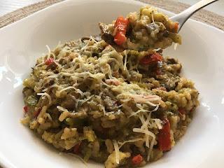 Ryż z pieczarkami i brokułem posypany serem