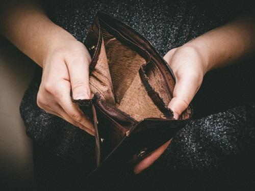 Привычки, ведущие к бедности: как от них избавиться и наладить отношения с деньгами
