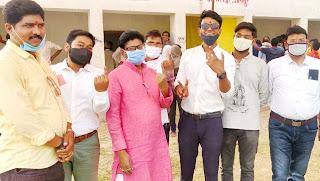 डा. विनोद कुमार एवं इं. सौरभ चौधरी ने किया मतदान