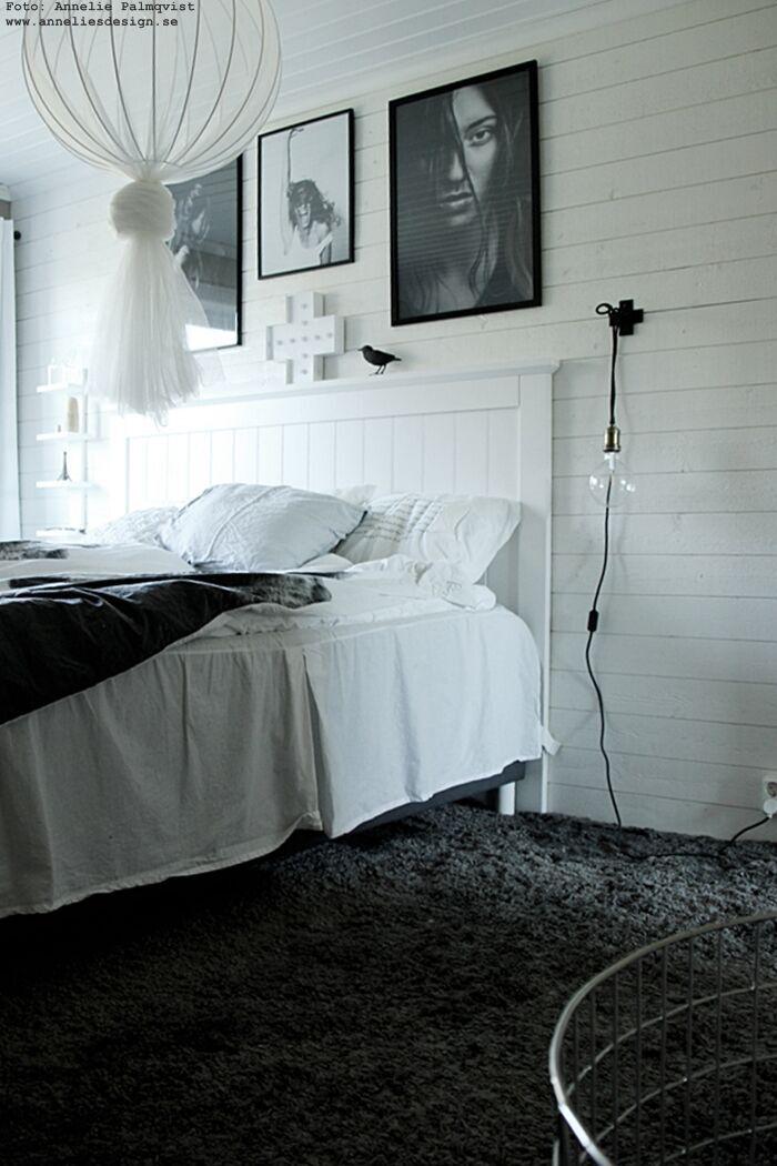 annelies design, sovrum, sovrummet, inredning, poster, posters, fotokonst, modellbilder, modellfoto, tavelvägg, tavlor, inredning, inredningsbutik, varberg, fågel, diy lampa, lampor, sänglampa, sänglampor, påslakan, by nord, svart och vitt, svartvit, svartvita, loppis, loppisfynd, ikea, kors,