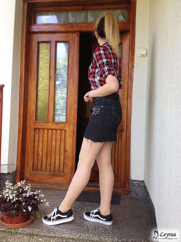 DIY grafitowa postrzępiona spódnica z ćwiekami, koszula w czerwoną kratkę, trampki vansy