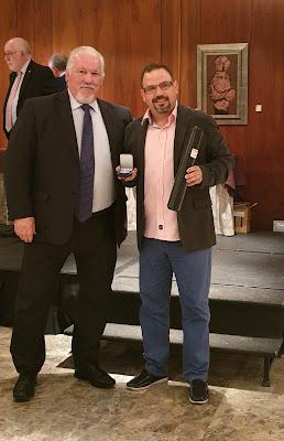 Juan Carlos Blanco recibe la Medalla al Mérito Filatélico de manos de Ángel Nieto, de la Fábrica de Moneda y Timbre