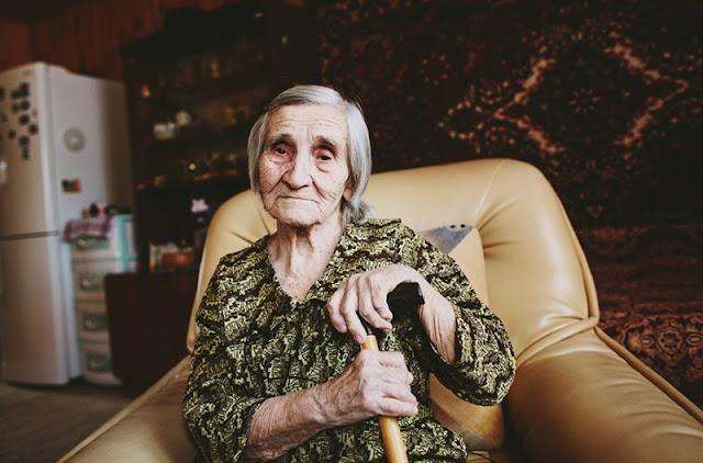 Бабушка ни в какую не хочет в дом престарелых, а у нас скоро будет маленький, нам жить негде