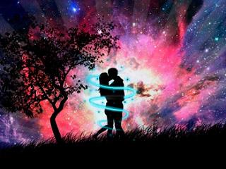 Una pareja besandose al lado de un árbol